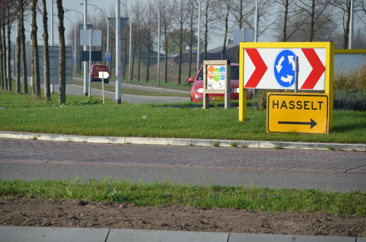 Doorgaand verkeer richting Hasselt en Genemuiden rijdt nu nog door de wijk over deze rotonde