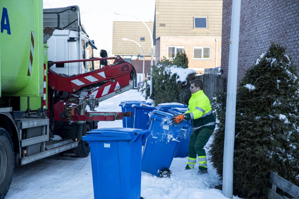 ROVA haalt papier en karton op in de sneeuw