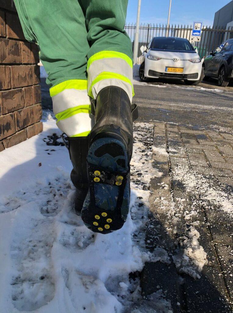 ROVA medewerker draagt snowsteps