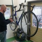 Gert Tigelaar aan het werk in de werkplaats van Bike-inn in Stadshagen