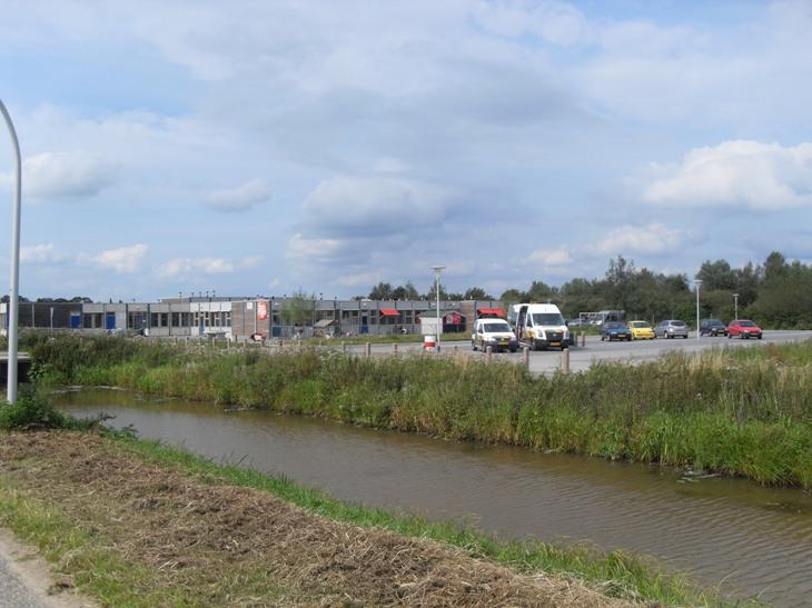 Het gaslek aan de waterkant van de Oude Wetering naast Basisschool Het Festival
