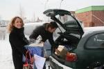 Vrijwilligers delen kerstpakketten uit in Stadshagen