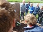 Mastenbroeker schooljeugd legt bloemen bij monument