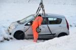 Auto raakt te water op Oude Wetering door sneeuw