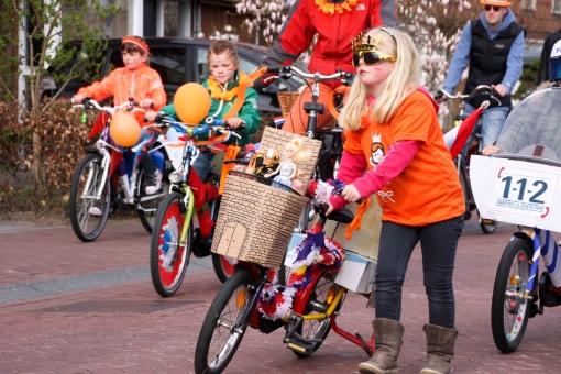 Oranje stoet kleurt Stadshagen (foto's)