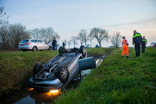 Auto over de kop in de sloot langs Hasselterweg