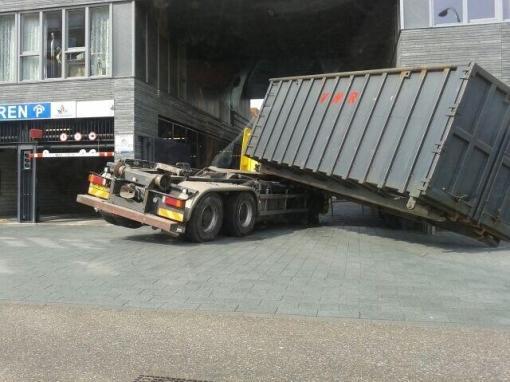 Container  schuift van vrachtwagen