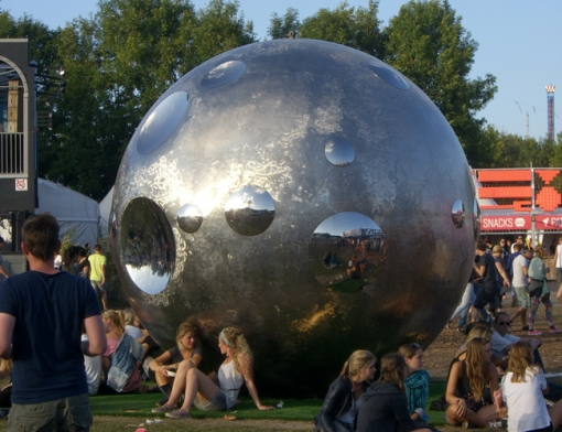 Grote stalen bol als kunstwerk in Twistvlietpark