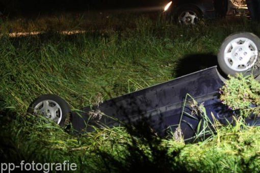 Auto eindigt ondersteboven in sloot Werkerlaan