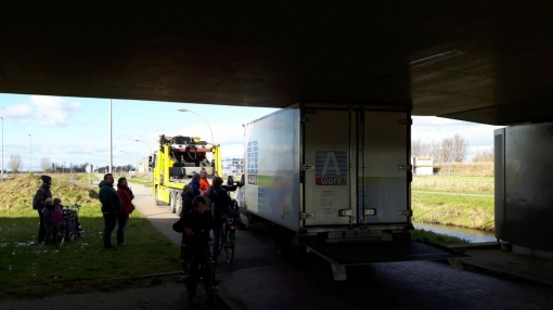 Vrachtwagen knel onder viaduct Stadshagen