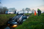 Auto over de kop in de sloot langs Hasselterweg