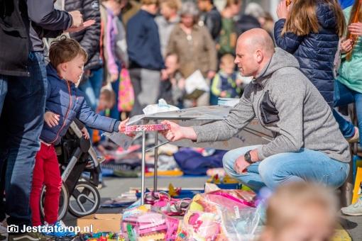 Stadshagen viert Koningsdag op kleedjesmarkt (fotoreportage)