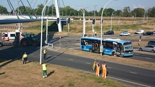 Aanrijding Hasselterweg tussen stadsbus en trekker