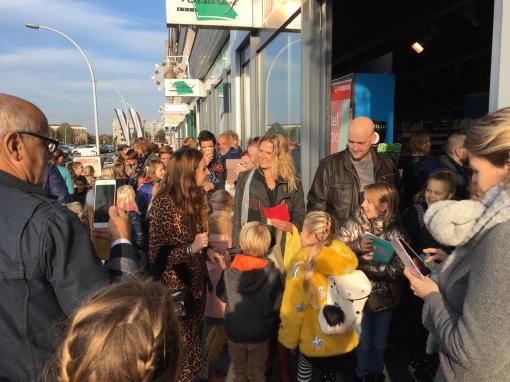 Rij voor boekhandel Westerhof wegens bezoek TV-ster Jill (foto's)