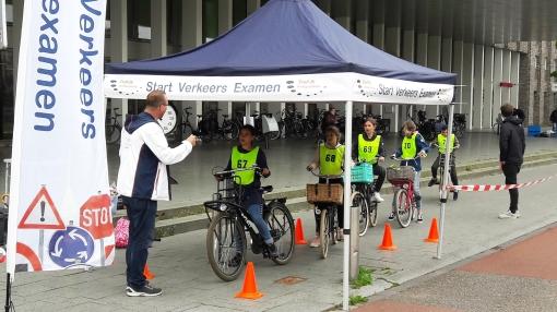 Leerlingen groep 7 op de fiets voor verkeersexamen