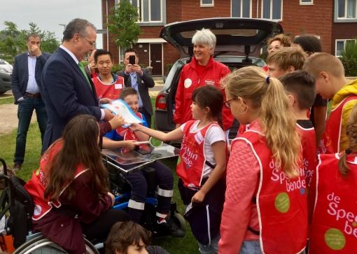 Wethouders en kinderen testen  speeltuin Stadshagen