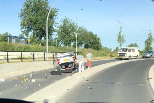 Auto over de kop onder stationstunnel Stadshagen
