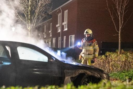 Politie zoekt camerabeelden na autobrand Nijerwalstraat