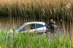 Bejaarde vrouw rijdt met auto het water in